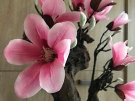 Magnoliaboom op stam van hout, roze kunstbloemen/magnolia
