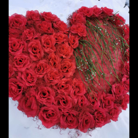"""Valentijn/bruiloft rood hart gemaakt van rode kunstbloemen """"rozen"""""""