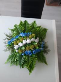 Bloemstuk gemaakt van kunstbloemen voor een bruiloft/trouwauto