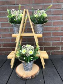 Tafeldecoratie, kunstplant bellis (madelief) met steektakken en hart