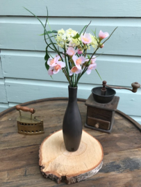Vaasje met kunstbloemen en hart van riet