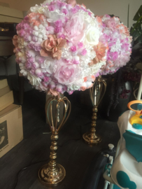 bruiloft decoratie, bloemenbollen op een kaarsenstandaard