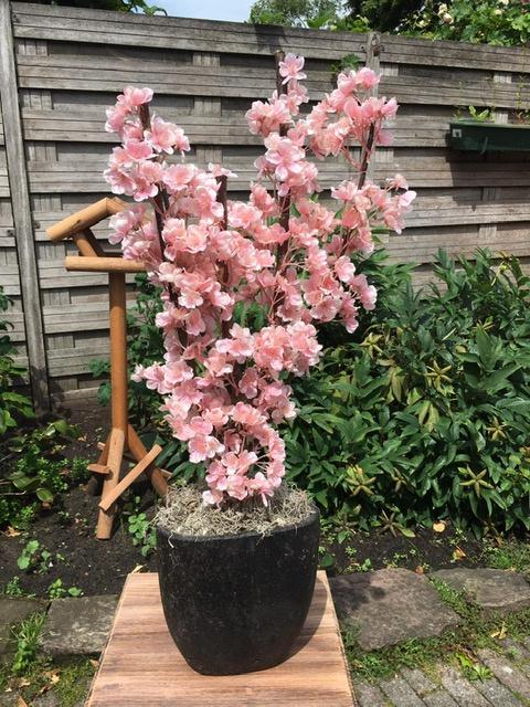 Bloesemboom, gemaakt op een stam van echt hout met roze kunstbloesem