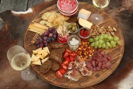 Ronde hapjesplank van oude wijnvatendeksels