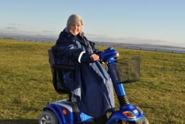 Poncho voor de rolstoel of scootmobiel met mouwen en ongevoerd, rolstoelkleding - PR34028