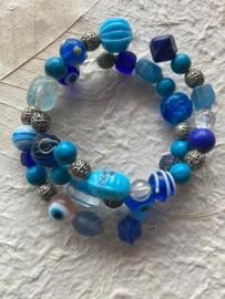 Glaskralen armband met blauwe, turquoise, witte en versierde metalen  kralen