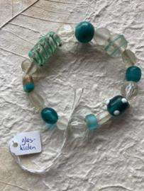 Glaskralen geregen armband met groene en witte kralen