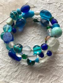 Glaskralen geregen armband met groene, blauwe, turquoise en witte kralen