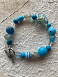 Glaskralen armband met blauw en turquoise  kralen, hartje en met slotje