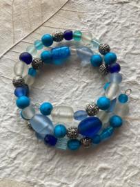Glaskralen armband met blauwe, witte en versierde metalen  kralen