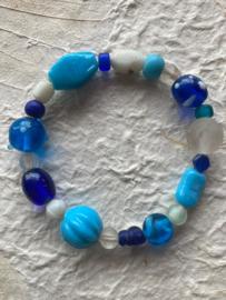 Glaskralen geregen armband met blauwe, turquoise en witte kralen