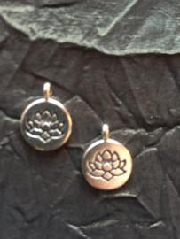 Zilverkleurige lotusbloem bedel