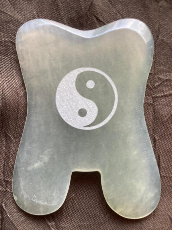 Jade Guasha Steen met ets yin & yang, rond de 4 mm. dun, kiezen uit  1 t/m 10