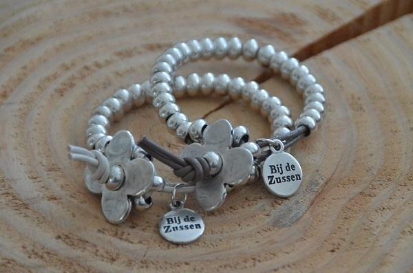 Armband met zilverkleurige kralen