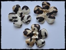 Satijnen bloemetjes met dierprint, camel/bruin - 4 stuks - 47mm.