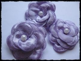 Luxe lila satijnen bloem met parel - 2 stuks - 4 cm.