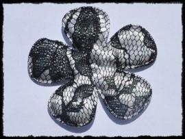 Satijnen bloem, grijs met zwart kant - 65mm