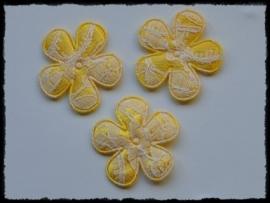 Satijnen bloemetjes met kant, geel - 4 stuks - 3,5 cm.