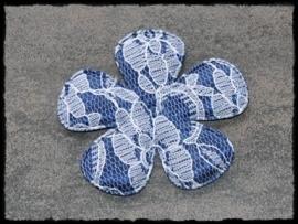 Donkerblauwe bloem met kant - 2 stuks - 6.5 cm.