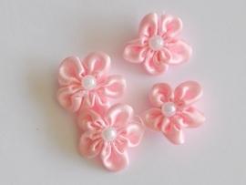 Satijnen bloemetje met pareltje, roze - 4 stuks - 2.5 cm.