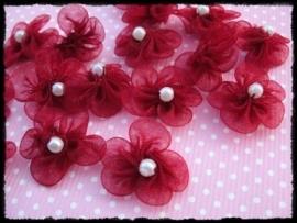 Kleine organza bloemetjes met pareltje, bordeaux - 4 stuks - 18mm.