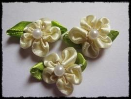 Satijn bloemetjes met parel, ivoor - 4 stuks - 32mm.