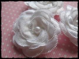 Luxe wit satijnen bloem met parel - 2 stuks - 4 cm.