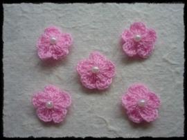 Gehaakt bloemetje met pareltje roze - 4 stuks - 15-20 mm.