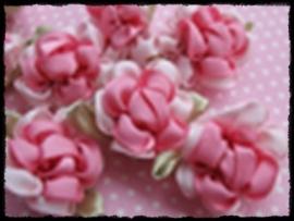 Satijnen bloem met gekruld blad, roze - 3 stuks - 3 cm.