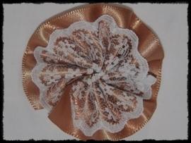 Rozet, satijn met kant - camel - 5 cm.