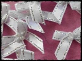 Wit strikje met zilveren randje en kraaltjes - 4 stuks - 3 cm.