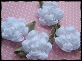 Satijnen bloem met gekruld blad, wit - 3 stuks - 3 cm.