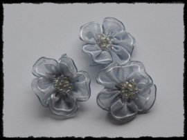Organza bloemetje met kraaltjes, zilvergrijs - 3 stuks - 3 cm.