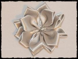 Satijnlint rozet, grijs - 5 cm.