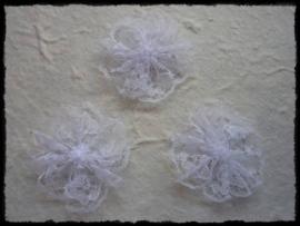 (kl) Bloemetje van kant wit - 3 stuks - 3 cm.
