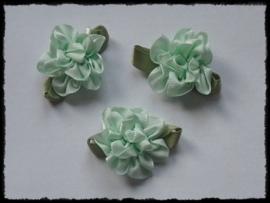 Satijnen bloem met gekruld blad, mint - 3 stuks - 3 cm.