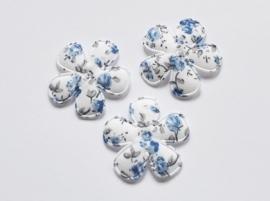 Katoenen bloemetjes, wit met blauwe roosjes - 4 stuks - 35mm.