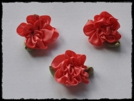 Satijnen bloem met gekruld blad, koraal - 3 stuks - 3 cm.