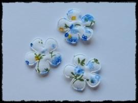 Katoenen bloemetjes, wit met blauwe bloemetjes - 4 stuks - 25mm