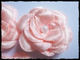 Luxe zalmroze satijnen bloem met parel - 2 stuks - 4 cm.