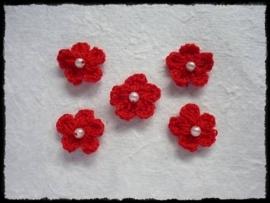 Gehaakt bloemetje met pareltje rood - 4 stuks - 15-20 mm.
