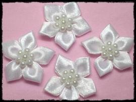 Satijnen bloemetje met parelapplicatie, wit - 3 stuks - 3 cm.