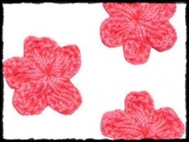 (kl) Gehaakt bloemetje, felroze - 4 stuks - 2 cm.