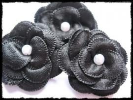 Luxe zwart satijnen bloem met parel - 2 stuks - 4 cm.