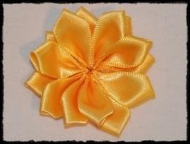 Satijnlint rozet, geel - 5 cm.