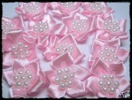 Satijnen bloemetje met parelapplicatie, roze - 3 stuks - 3 cm.