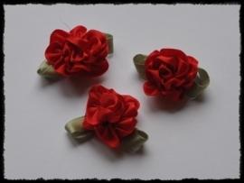 Satijnen bloem met gekruld blad, rood - 3 stuks - 3 cm.