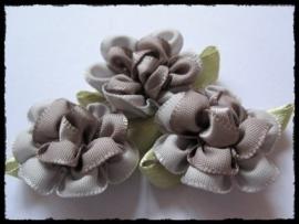 Satijnen bloem met gekruld blad, grijs - 3 stuks - 3 cm.