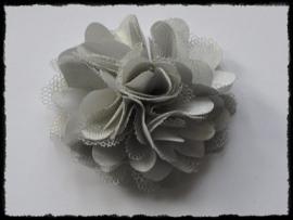 XL-bloem satijn met tule, grijs - 5 cm.