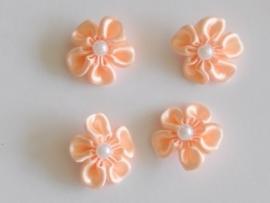 Satijnen bloemetje met pareltje, zalm- 4 stuks - 2.5 cm.